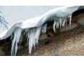 Упавший с крыши в Харцызске снег, заблокировал дверь в подъезде. Пришлось вызывать спасателей